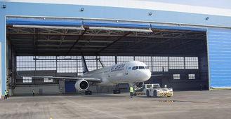 China Einzelne Stahlflugzeug-Hangars der Bucht-PEB mit elektrischen Rolle-oben Türen fournisseur